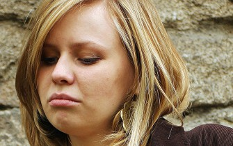 Sad girl stay dissatisfied  / Dreamstime