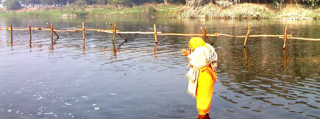 Woman praying at Yamuna_pan