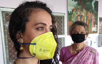 devotees wearing masks for virusprotection